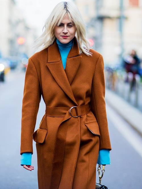 ست کردن لباس قهوه ای و آبی روشن